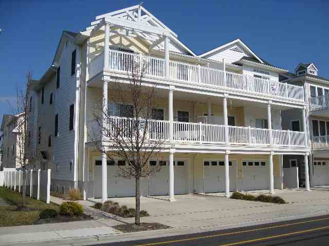215 EAST MAPLE AVENUE - WILDWOOD SUMMER RENTALS - Three bedroom, two bath vacation home, centrally located in Wildwood, 2 blocks from the beach and boardwalk. Home offers a full kitchen with range, fridge, icemaker, disposal, dishwasher, microwave, coffeemaker, blender, and toaster. Amenities include: washer/dryer, central a/c, outside shower, balcony, and two car off street parking. Sleeps 8: queen, full, full/twin bunk and queen sleep sofa.