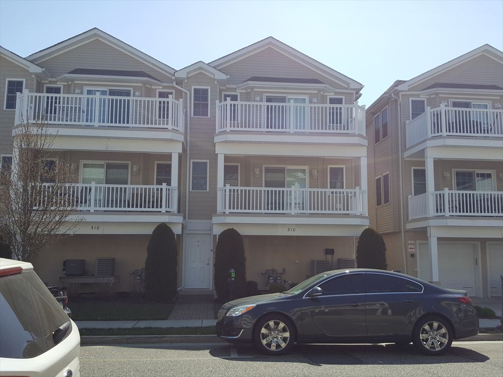 310 EAST PINE AVENUE #202 - WILDWOOD SUMMER VACATION RENTALS - Three bed/two bath vacation home with pool, 1.5 blocks to the beach and boardwalk. Full kitchen offers a range, fridge, microwave, toaster, coffeemaker, disposal, and dishwasher. Amenities include pool, outside shower, central a/c, washer/dryer, 2 car garage. Centrally located between both amusement piers, walk to everything! Sleeps 8; king, queen, 1 double, 1 bunk, 1 single. Balcony offers slight ocean view. Exterior unit offers lots of natural sunlight! Beautiful and well appointed Great location between both amusement piers!