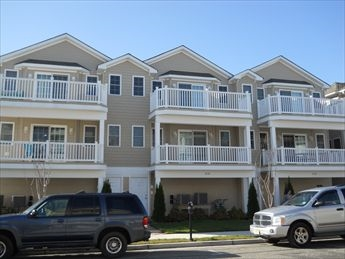 306 EAST PINE AVENUE #100 - WILDWOOD SUMMER VACATION RENTALS - Three bedroom, two bath vacation home with pool, located between Morey s Pier and Mariner s Landing in Wildwood. Fully equipped kitchen with all the comforts of home. Central a/c, washer/dryer, 2 car off street parking. Sleeping for 8! Beautiful and well appointed Great location between both amusement piers!