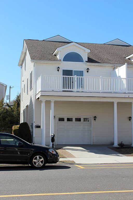 314 EAST MAPLE AVENUE - WILDWOOD SUMMER RENTALS - Spacious 5 bedroom, 3 bath townhouse style vacation home located 1.5 blocks to the beach and boardwalk. Home has a full kitchen with range, fridge, dishwasher, microwave, blender, coffeemaker and toaster. Amenities include central a/c, ceiling fans, washer/dryer, 3 car off street parking, gas grill, balcony. Wildwood Rentals, North Wildwood Rentals, Wildwood Crest Rentals and Diamond Beach Rentals in all price ranges for weekly, monthly, seasonal and weekend vacation rentals plus Wildwood real estate sales of homes, condos, vacation and investment properties in and around Wildwood New Jersey. We offer over 400 properties plus exclusive vacation homes so you can book the shore rental of your choice online and guarantee your vacation at the Shore. Rent with confidence at Island Realty Group!
